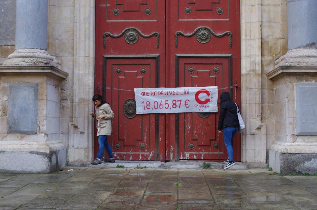 L'acció, a les portes de la Catedral