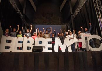 L'assemblea de Capgirem durant el cant dels Segadors al final de l'acte. Foto: Dolors Pena